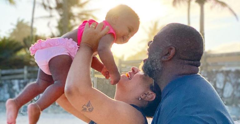 Cantor surgiu aproveitando o verão com Lidy Faria e a pequena Maria Helena