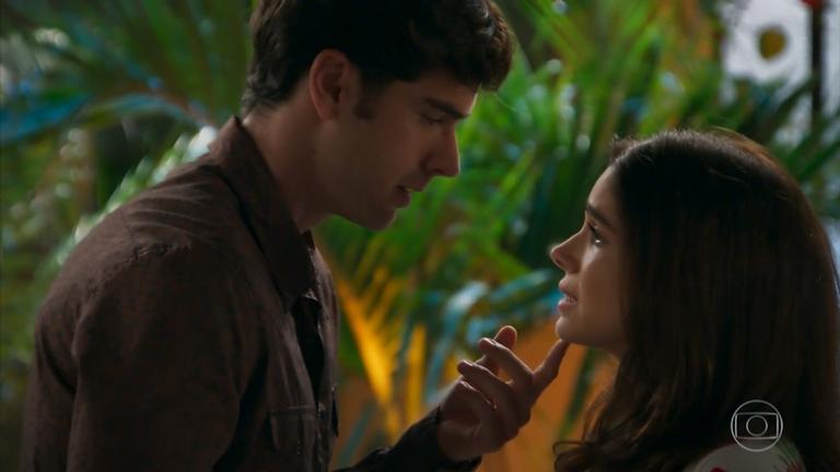O casal selará o início do relacionamento com beijo apaixonado