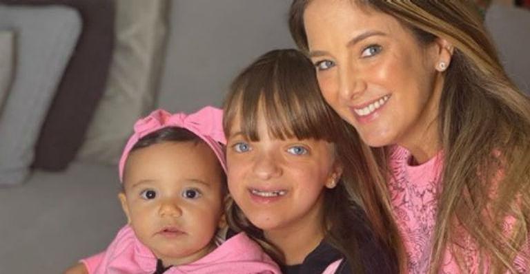Na imagem, Rafa Justus aparece com a irmã caçula, Manuella, no colo