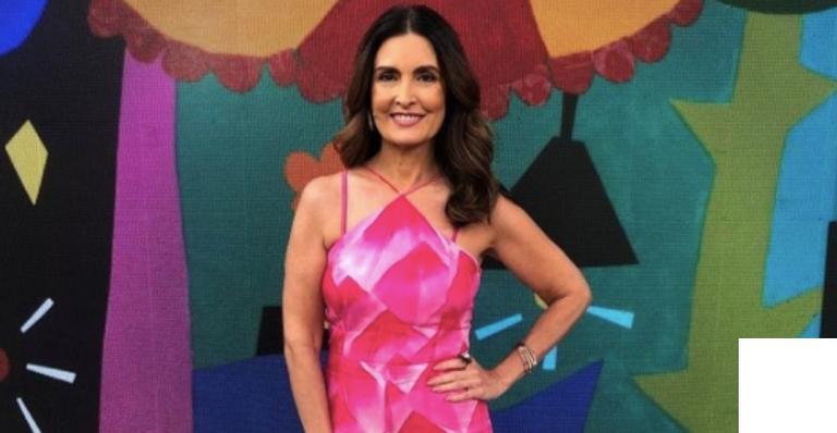 A jornalista apostou no look rosa para apresentar o 'Encontro' desta quarta-feira (13)