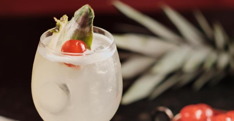 A mistura de cachaça, vinho branco e abacaxi em perfeita harmonia
