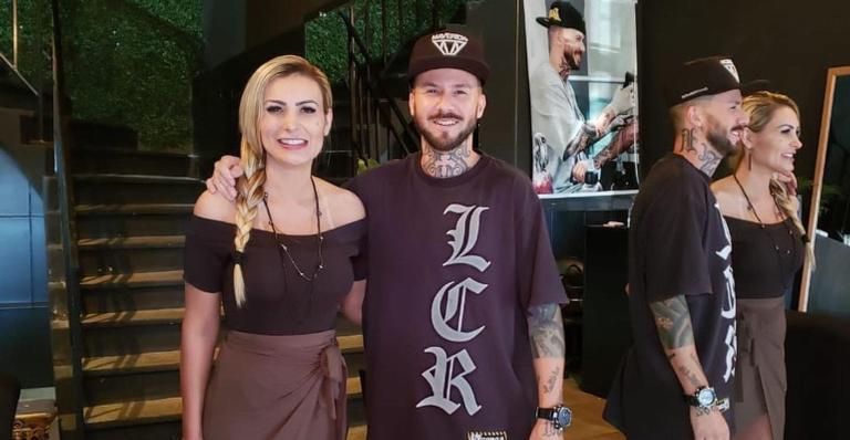 Modelo mostrou o antes e depois do processo e aproveitou para agradecer o tatuador