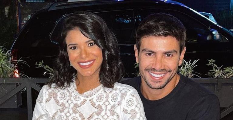 Sertanejo posou ao lado da amada em clique romântico