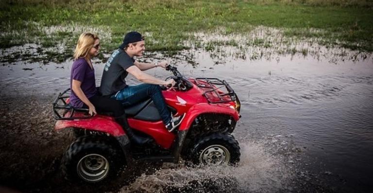 Apresentadora publicou uma série de fotos em que os dois estão aproveitando o dia em um quadriciclo no Pantanal