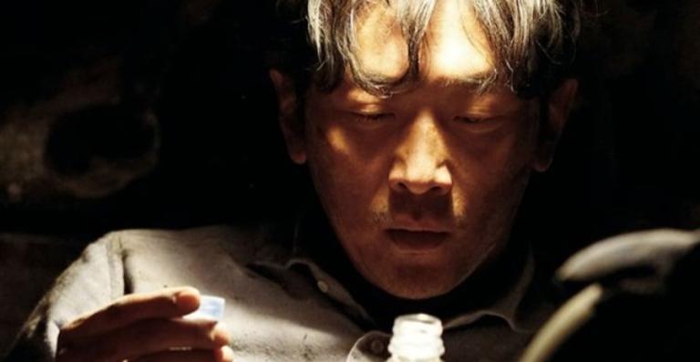 Neste filme sul-coreano, um homem repensa na vida após ficar preso nos escombros de seu carro