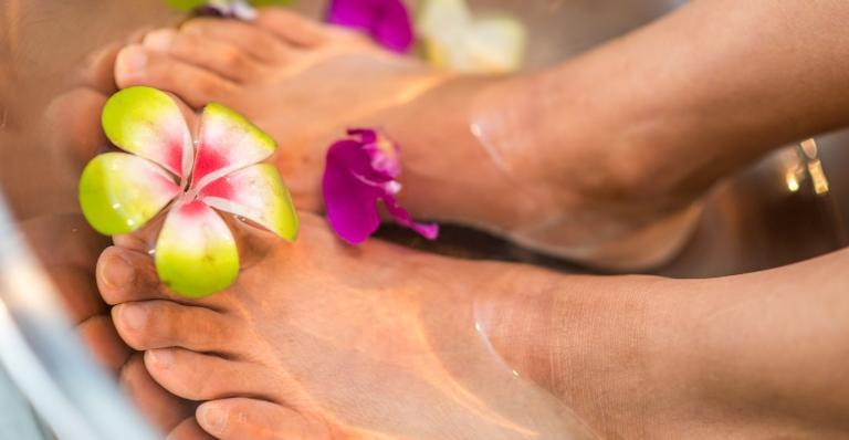 Com a ajuda da podologia e reflexologia, você pode fazer seu spa em casa. De quebra, alivia o corpo e a mente!