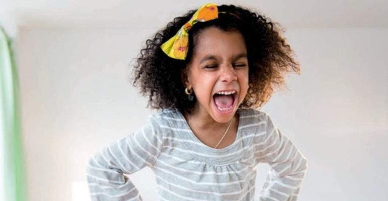 Quando gritamos, a criança para porque se assustou, não por entender que o que fez era algo errado
