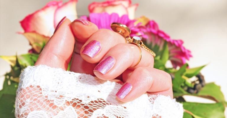 Reunimos 4 dicas para evitar o ressecamento e enfraquecimento das unhas