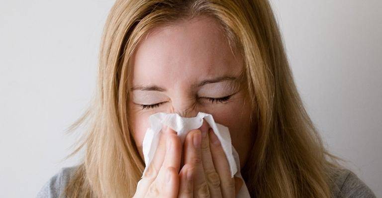 Nem todo espirro é sinal de covid-19; saiba como identificar