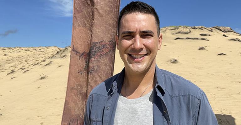 Apresentador está na Praia Brava, nome fictício do local onde acontecem as gravações
