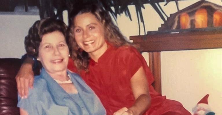 A atriz compartilhou uma imagem com a querida mãe e lamentou sua morte