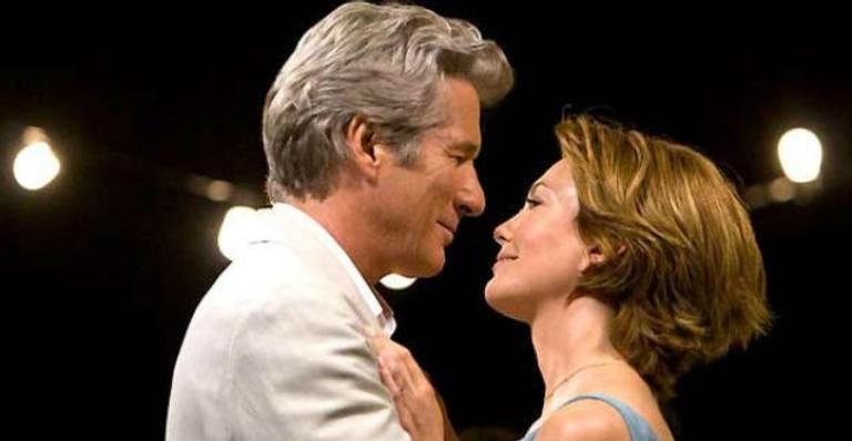 Elenco recheado de estrelas vive uma aventura romântica neste longa norte-americano