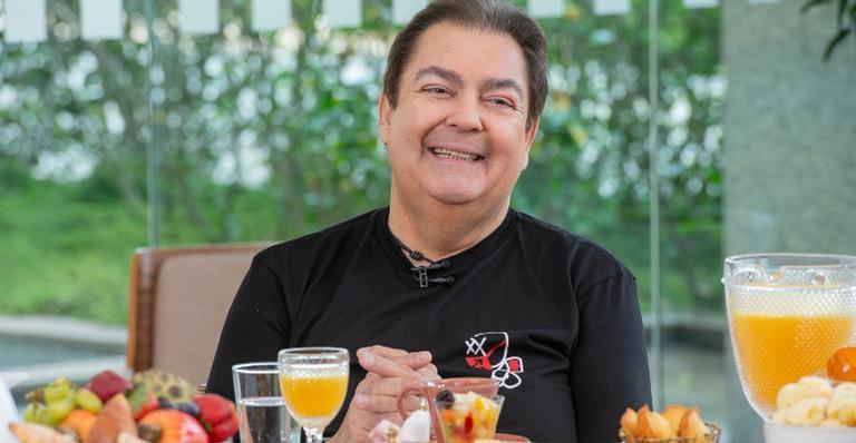 Tiago Leifert irá substituir o apresentador até a estreia de Luciano Hulk