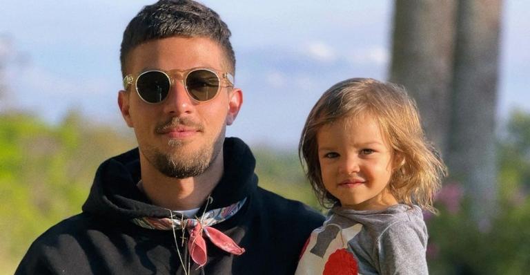 Ator surgiu ao lado da herdeira de 1 ano, fruto da relação com Laura Neiva