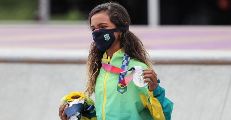 Conhecida como Fadinha, a menina ganhou prata no skate feminino