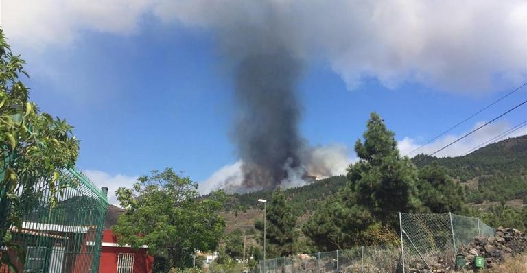 Nuvem de gás tóxico e cinzas se estende por mais de 4 quilômetros no céu